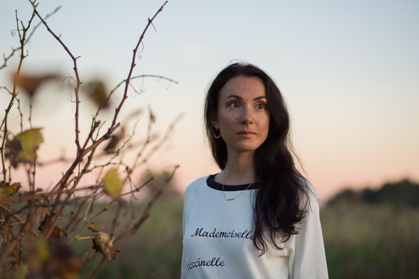 Mademoiselle-Socialite-Annabelle-Boyer-sweat-lino-brodé-coccinelle