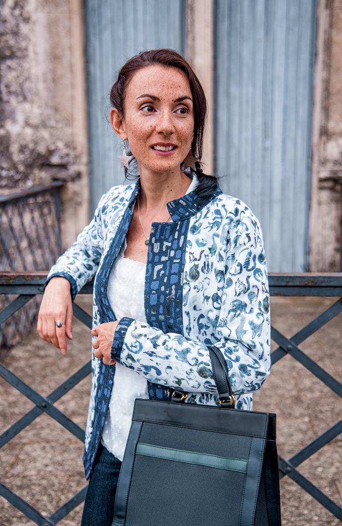 Vêtements eco-responsable de marques françaises de mode éthique, présentés par la blogueuse Mademoiselle Coccinelle. Veste chic réversible motif Chats Bleu Tango et sac à main issu de l'upcycling Entre 2 Rétros.