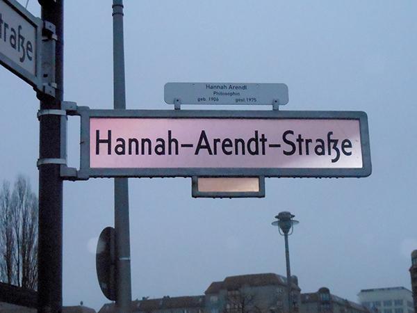 La rue Hannah-Arendt près du mémorial de l'Holocauste
