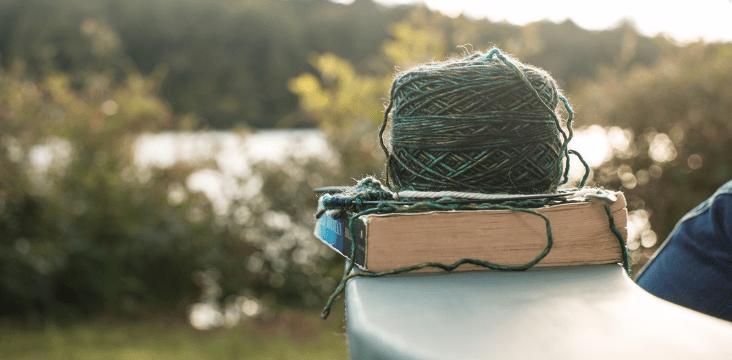 livre et pelote de laine