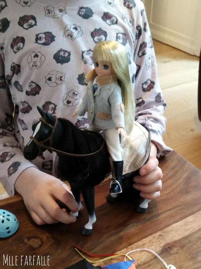 poupée lottie poney