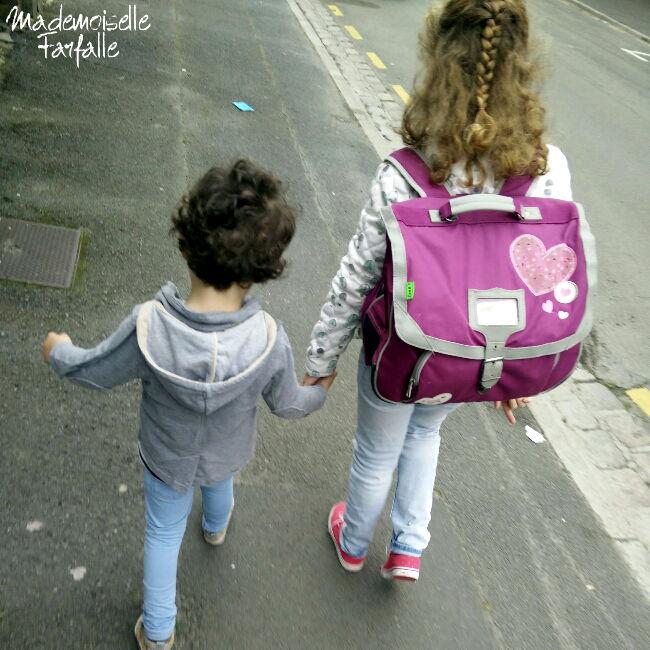 frère et soeur main dans la main
