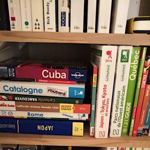 bibliothèque dans un coin