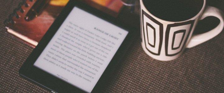 liseuse et café