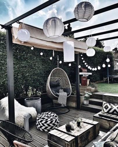 Idée décoration terrasse noire et blanche