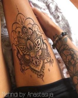 Idées tatouage cuisse femme black