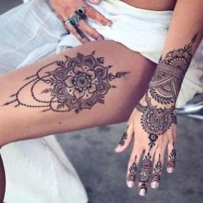 Idées tatouage cuisse femme et main