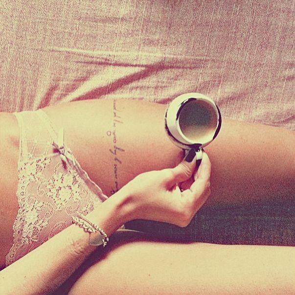 Idées tatouage cuisse femme phrase