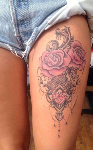 Idées tatouage cuisse femme roses rose