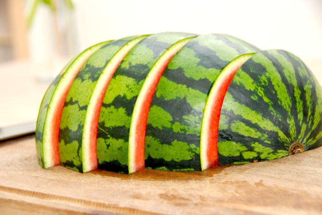 Den rigtige udskæring af vandmelon fortsætter med, at du deler den i fem stykker på tværs. Foto: Madensverden.dk.