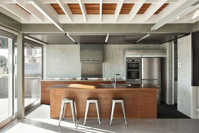cocina con techo en madera blanco y madera