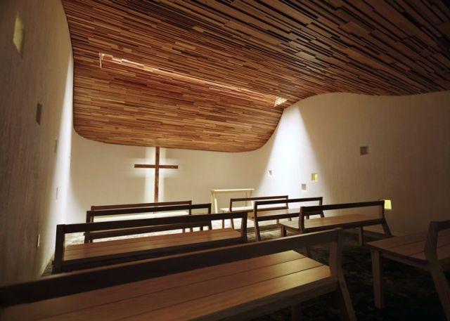 techo curvo en madera en una iglesia