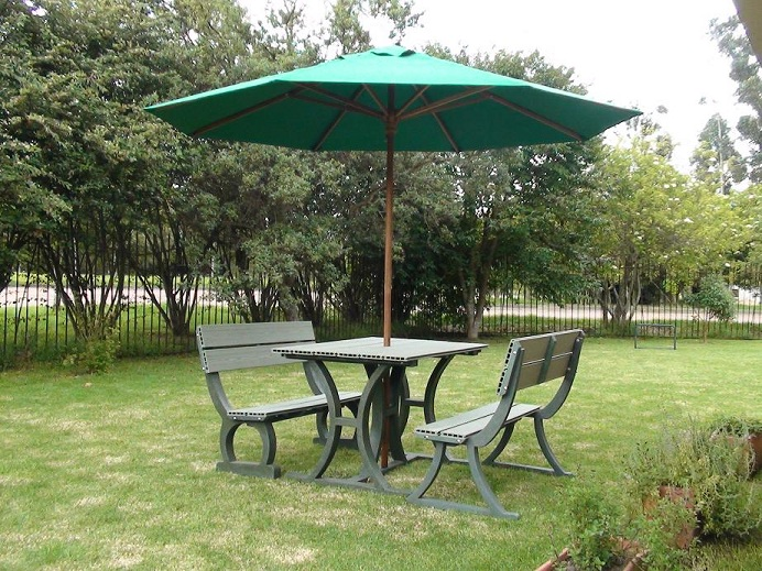 Mesa y Sillas para Exteriores plsticos con Parasoles