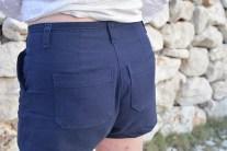 Durch die hinteren Abnäher sitzt die Hose super.