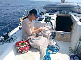Muße zum Handarbeiten am Segelboot