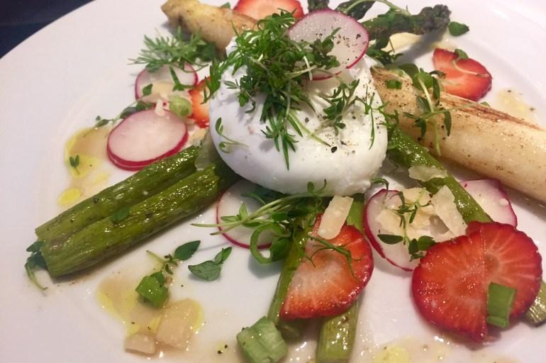 Pocheret æg på smørstegte hvide og grønne asparges