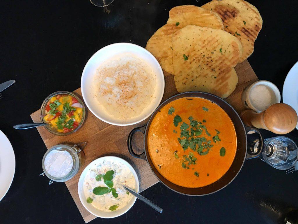 Hjemmelavede indiske naanbrød med koriander, hvidløg og limesaft