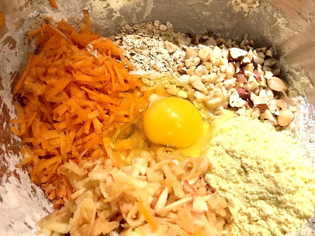 Rustikke morgenboller med gulerødder, nødder og æbler