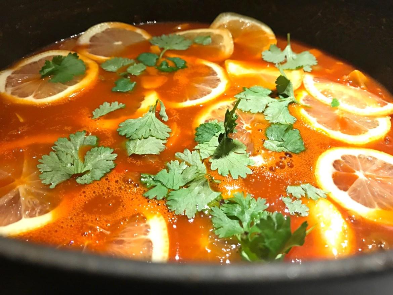 Linsegryde med spinat og citronskiver i tomat