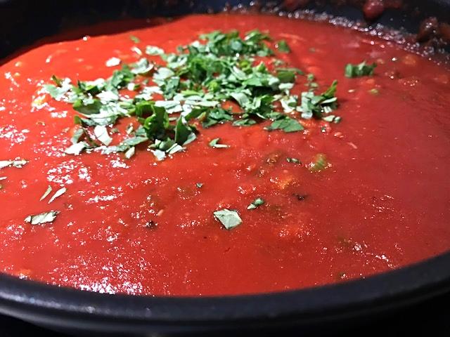 Tomatsauce med små stykker ristet chorizopølse og pancetta