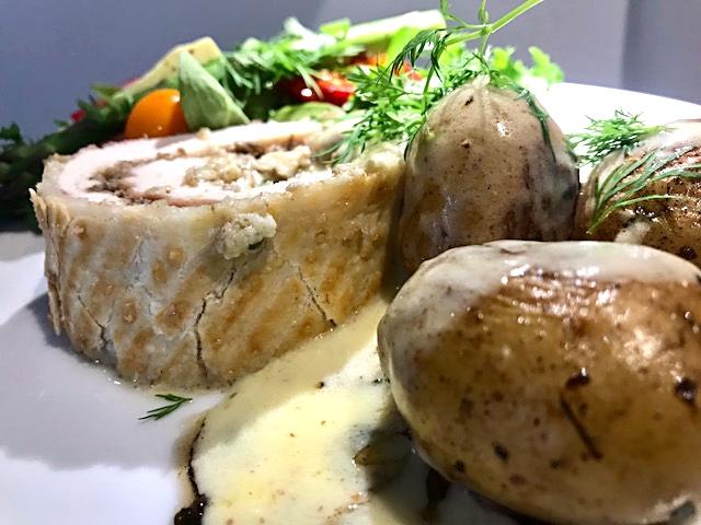 Kylling á la Wellington med sennepssauce og forårssalat