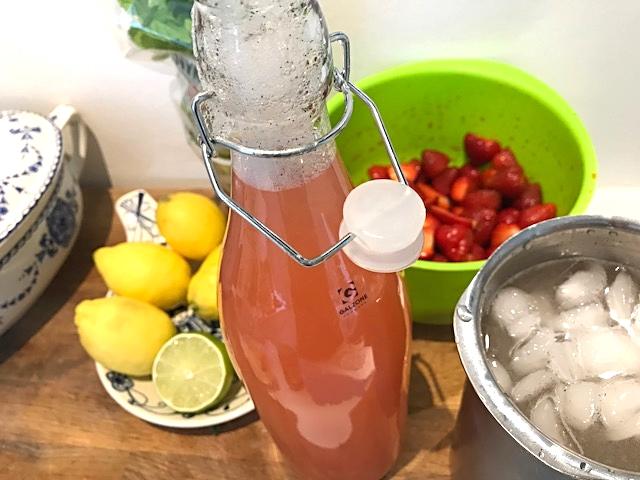 Rabarbersirup perfekt til desserter, dressinger og kolde drinks
