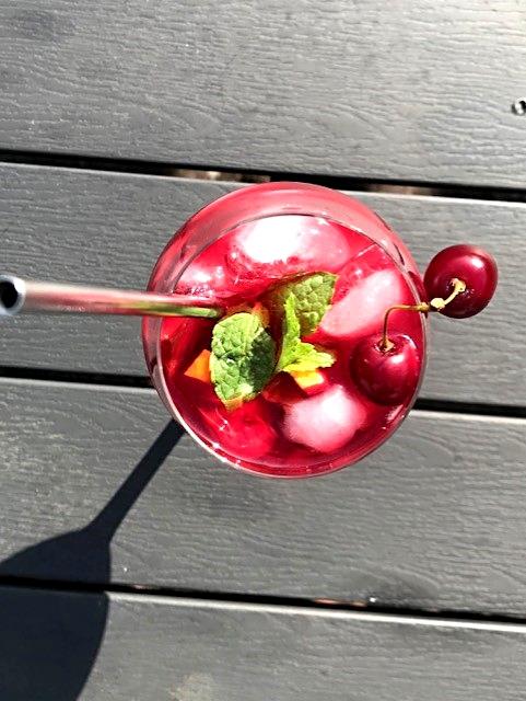 Sangria med kirsebærsirup, cava og frugt