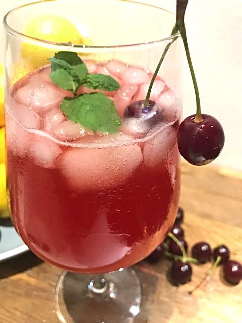 Hjemmelavet kirsebærsaft med citronsaft og mynteblade