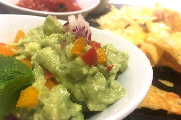 Hjemmelavet salsa og guacamole til nachos med ost