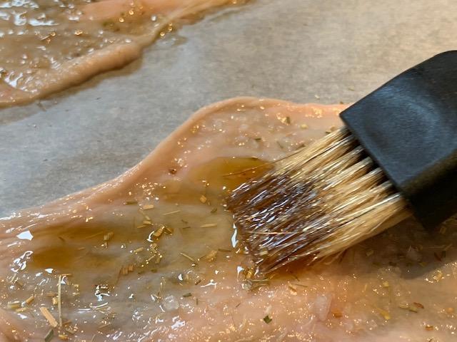 Nudelsuppe med vagtelæg og sprødt kyllingeskind