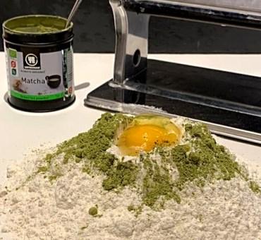 Hjemmelavet grøn pasta med matcha