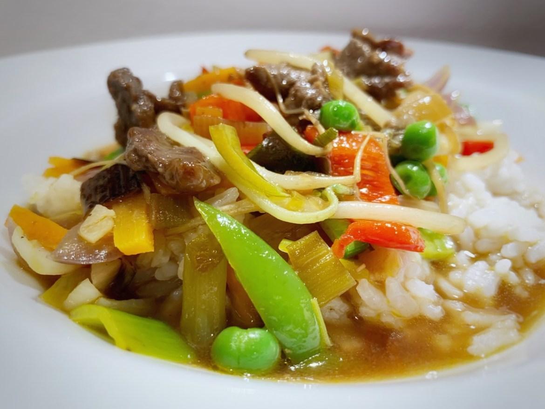 Chop suey med møre stykker okseinderlår