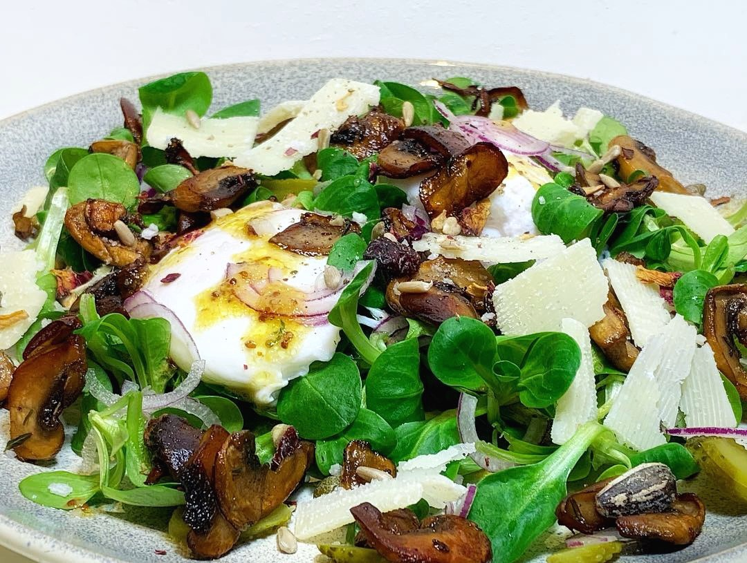 Sund og lækker morgenmadssalat med pocherede æg