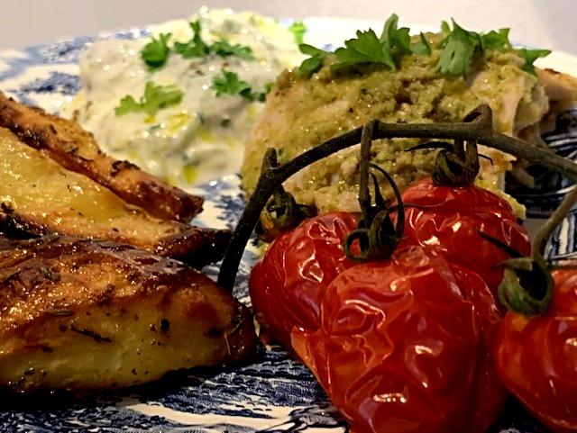 Helstegt græsk kylling med oliventapanade