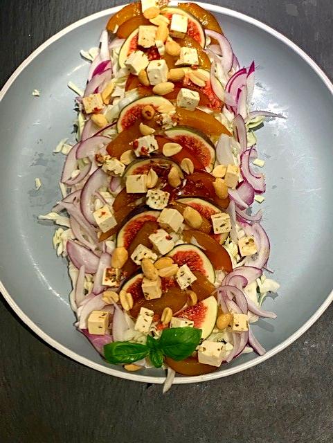 Salat med spidskål, figner, blommer, rødløg og feta