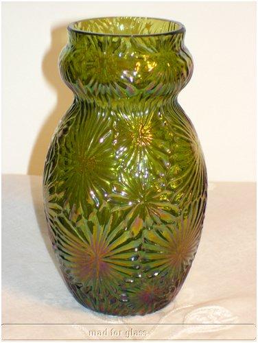 KRALIK GREEN AND PURPLE BRILLANT GLASS VASE WITH SPECIAL LEAF DECORATION