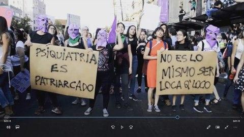"""Imagen del documental en proceso mostrando una manifestación de mujeres con los lemas """"Psiquiatría es patriarcado"""" o """"No es lo mismo ser loca que loco"""" en pancartas"""