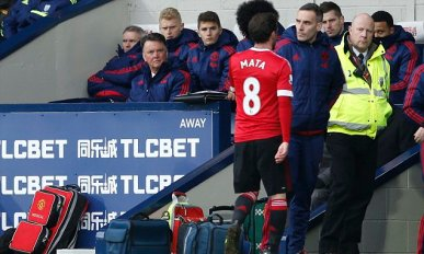 """Football Soccer - West Bromwich Albion v Manchester United - Barclays Premier League - The Hawthorns - 6/3/16 Manchester United's Juan Mata walks down the tunnel after being sent off as manager Louis Van Gaal looks on Action Images via Reuters / Carl Recine Livepic EDITORIAL USE ONLY. No use with unauthorized audio, video, data, fixture lists, club/league logos or """"live"""" services. Online in-match use limited to 45 images, no video emulation. No use in betting, games or single club/league/player publications. Please contact your account representative for further details."""