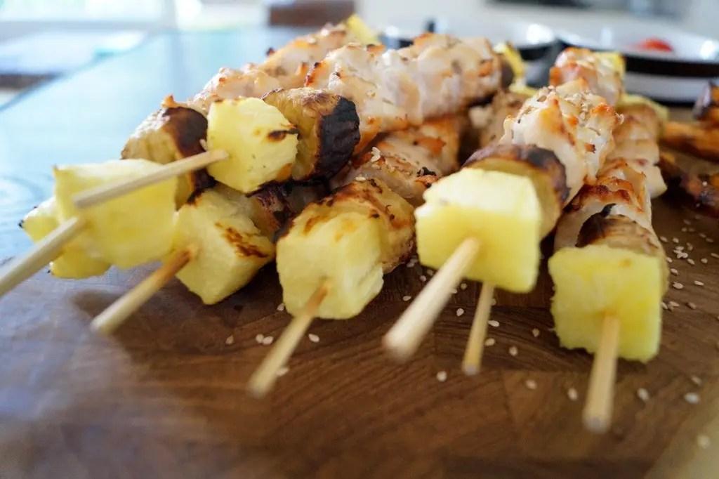 Grillspyd med kylling, banan og ananas