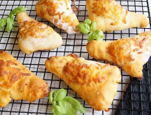 Små pizza-trekanter med ost og pepperoni
