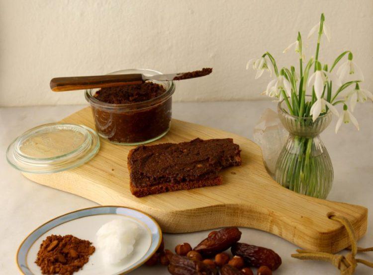 Pålæg med hasselnødder, dadler og kakao - Mad med glød