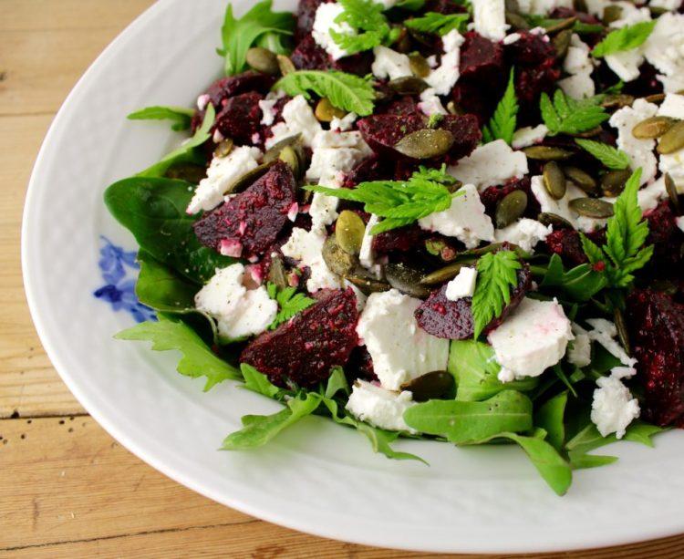 Grøn salat med kogte nye rødbeder, gedeost og sødskærmspesto - Mad med glød