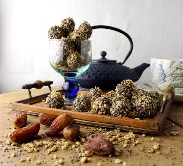 Daddelkugler med saltede peanuts og chiafrø - Mad med glød