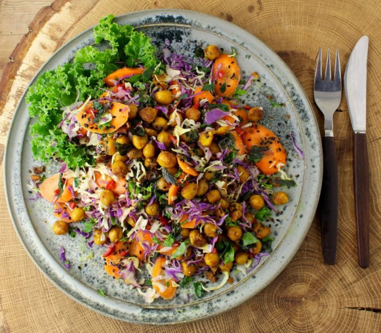 Farverig kålsalat med gurkemejestegte kikærter og ristet noritang - Vegansk opskrift - Mad med glød