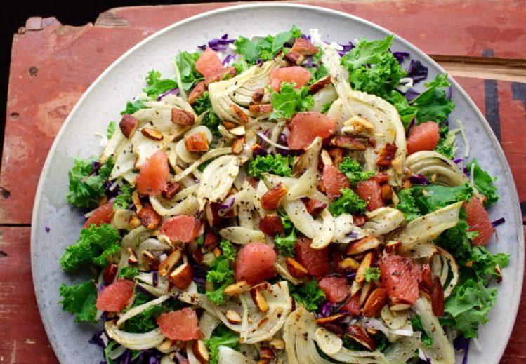 Blandet kålsalat med bagt knoldfennikel, grape og ristede mandler med paprika - Vegansk opskrift - Mad med glød