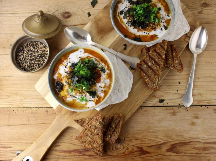 Daalsuppe med topping af ristet noritang, grønkål og kokosmælk - Vegansk opskrift - Mad med glød