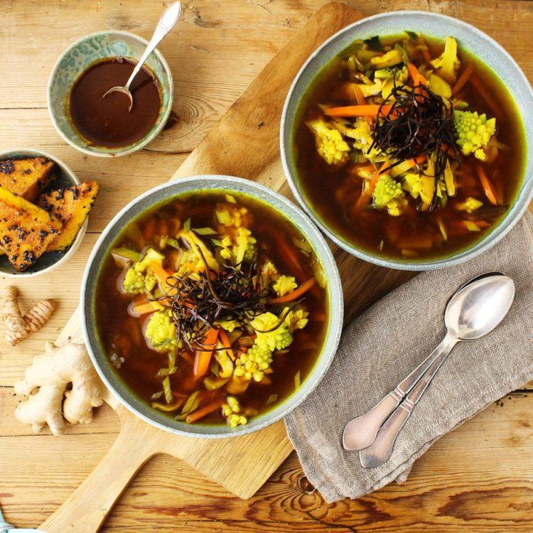 Misosuppe med gurkemeje, ingefær, shitakesvampe og tang topping - Vegansk opskrift - Mad med glød