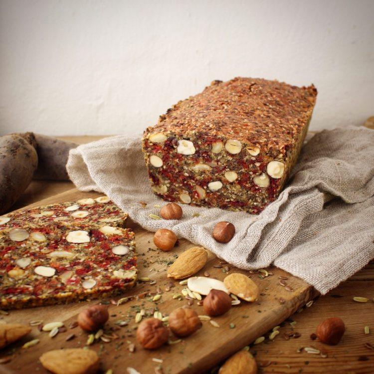 Stenalderbrød med rødbede, brændenælde og fennikel - Glutenfri opskrift - Mad med glød