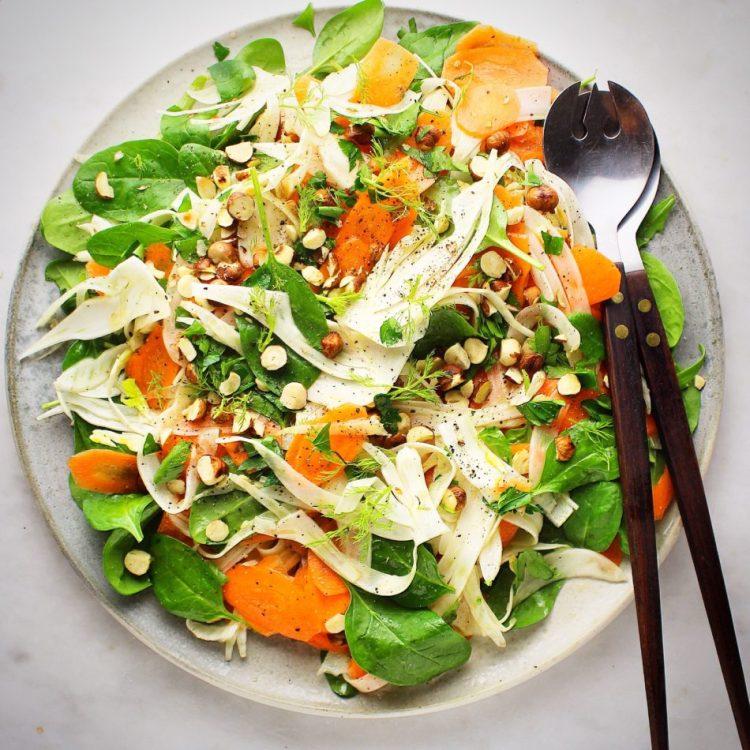 Sprød fennikelsalat med gulerødder, spinat og ristede hasselnødder - Vegansk opskrift - Mad med glød