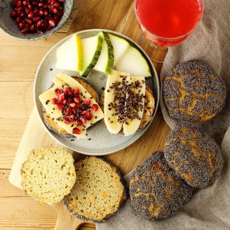 Glutenfrie langtidshævede trekornsboller med revet gulerod og vandkefirgryn - Glutenfri opskrift - Mad med glød